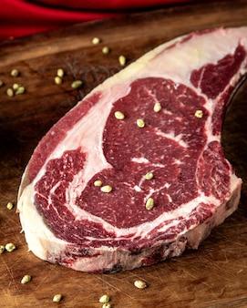 Bistecca con vista laterale di spezie