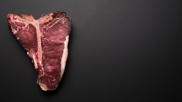 Bistecca di bistecca con l'osso laica piatta con spazio di copia
