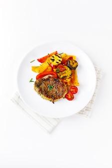 Bistecca di carne arrosto con verdure