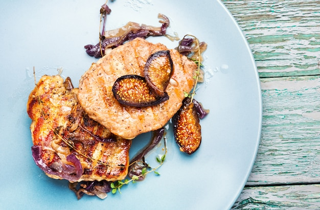 Bistecca di carne con fichi sul piatto