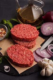 Bistecca di carne di manzo tritata biologica cruda fatta in casa