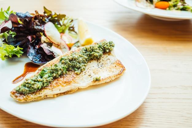 Bistecca di carne di pesce di branzino alla griglia con verdure