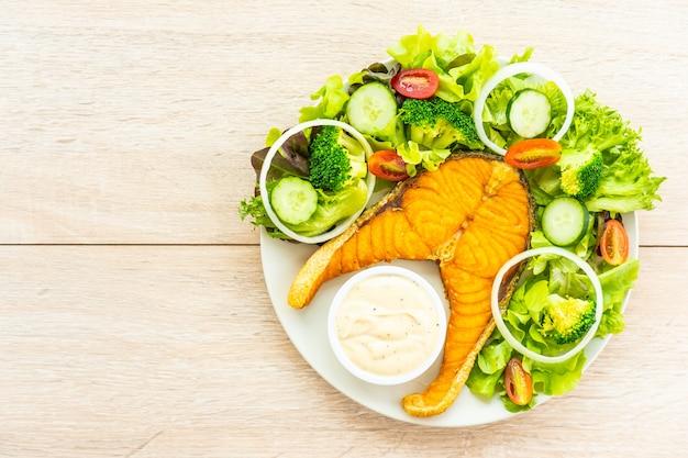 Bistecca di carne di salmone alla griglia con verdure fresche
