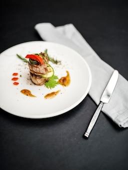 Bistecca di designazione degli alimenti sul piatto bianco