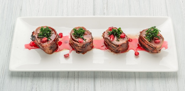Bistecca di filetto alla griglia bistecca avvolto bacon su un piatto bianco