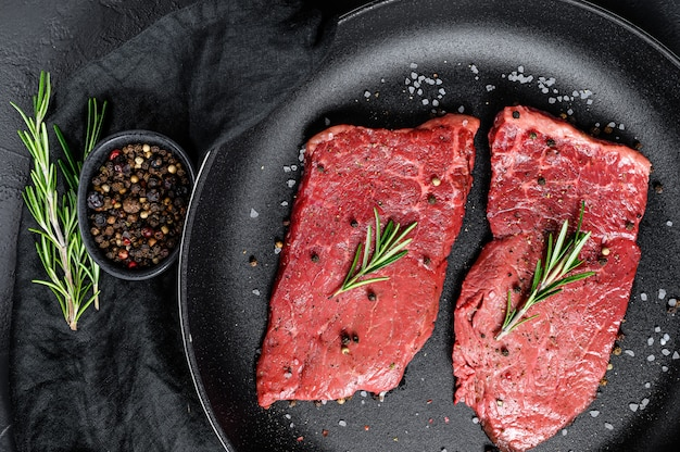 Bistecca di lombo crudo in una padella. carne di manzo. vista dall'alto