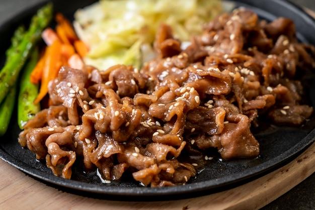 Bistecca di maiale a fette su piastra calda