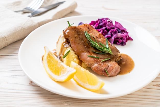 Bistecca di maiale con cavolo rosso e purè di patate