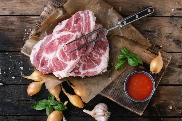 Bistecca di maiale cruda