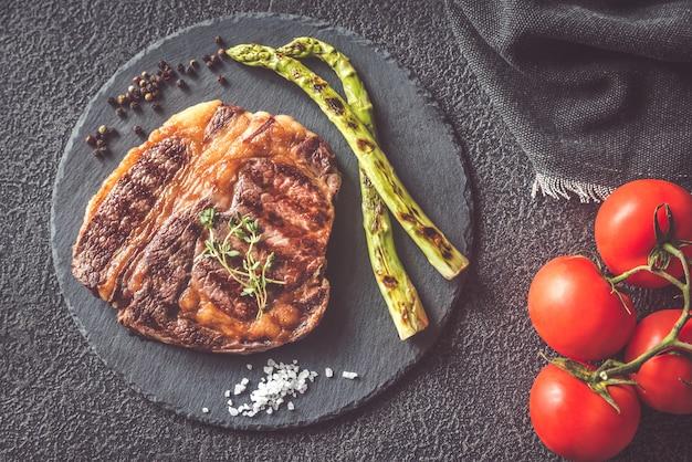 Bistecca di manzo alla griglia con asparagi