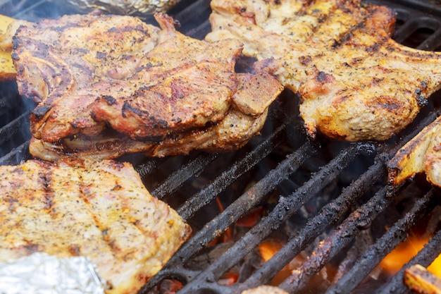 Bistecca di manzo alla griglia con fiamme