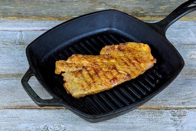 Bistecca di manzo alla griglia con rosmarino in padella