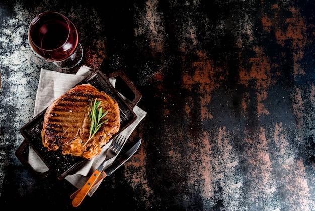 Bistecca di manzo alla griglia con spezie su griglia padella. vista dall'alto di copyspace
