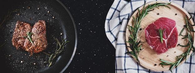 Bistecca di manzo alla griglia e carne cruda sul tavolo nero
