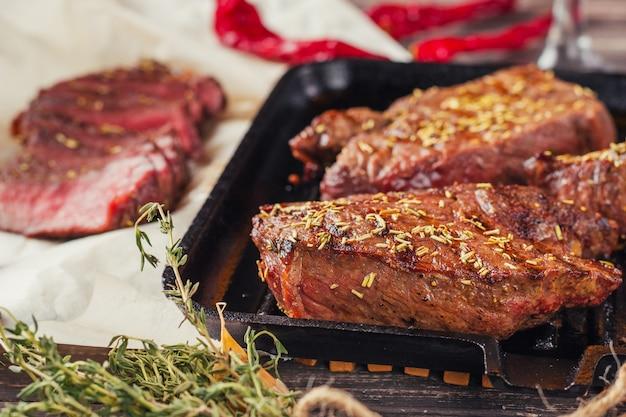Bistecca di manzo alla griglia in padella, vista dall'alto. pezzi fritti di carne da vicino