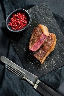 Bistecca di manzo arrostita rara.