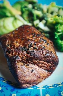 Bistecca di manzo arrosto con verdure