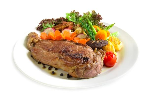 Bistecca di manzo con pepe nero decorare rosmarino fresco, asparagi grigliato di funghi ostrica e insalata di ravanelli