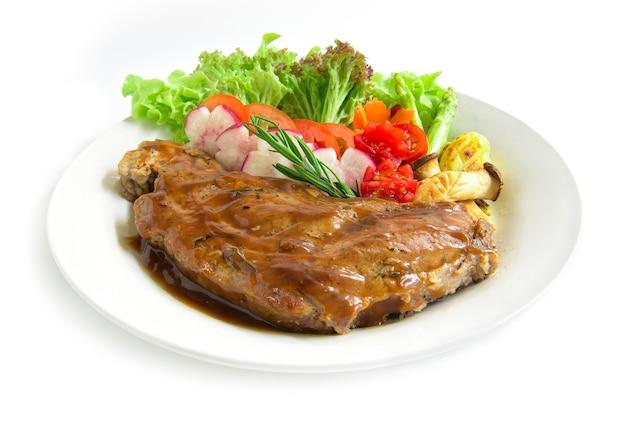 Bistecca di manzo con salsa al sugo decorare rosmarino fresco, asparagi grigliato di funghi ostrica e insalata di ravanelli