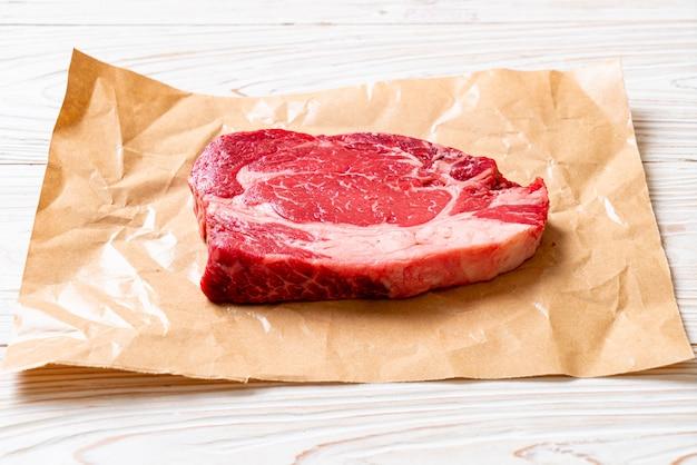 Bistecca di manzo cruda fresca