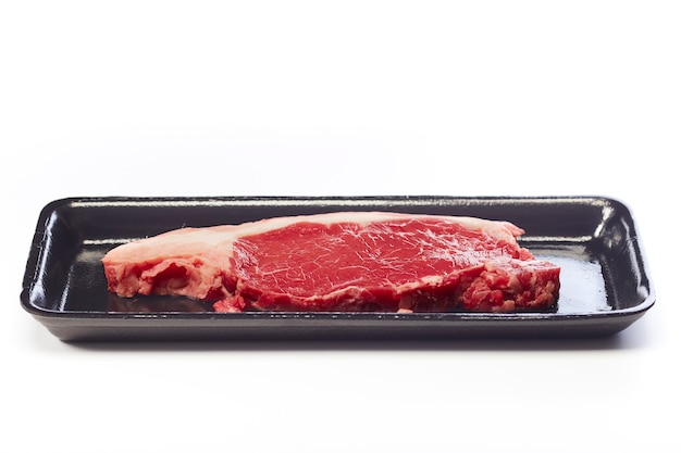 Bistecca di manzo cruda in confezione sottovuoto