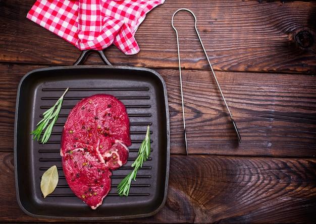 Bistecca di manzo cruda su una padella di quart nero