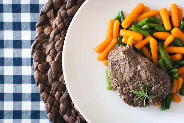 Bistecca di manzo fatta in casa con carotine