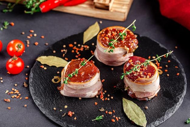 Bistecca di manzo marinata avvolta in pancetta