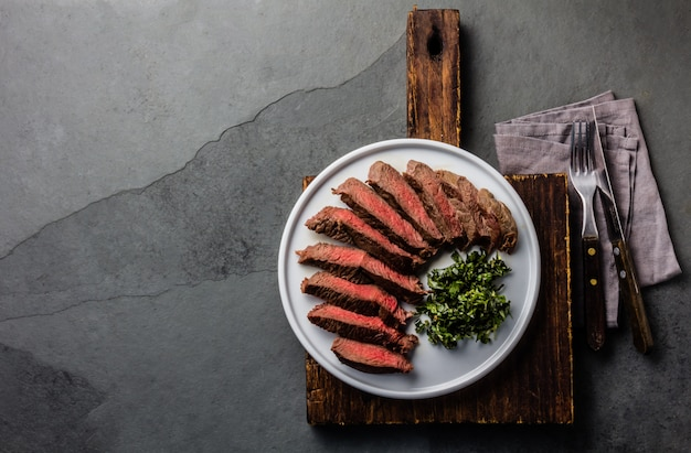 Bistecca di manzo media sul piatto bianco