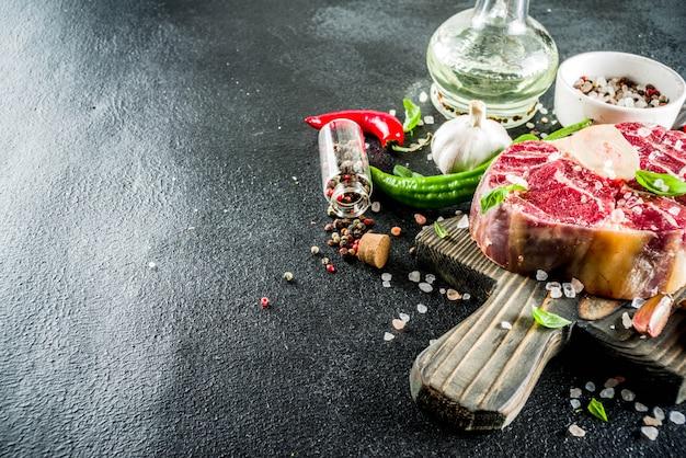 Bistecca di manzo ossobuco crudo con spezie