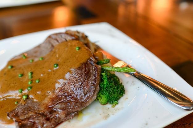 Bistecca di manzo ribeye australia alla griglia con il grado medio di maturità