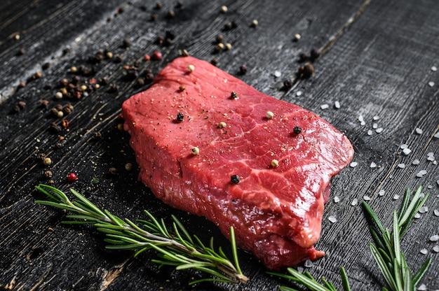 Bistecca di new york cruda. carne di manzo. vista dall'alto.