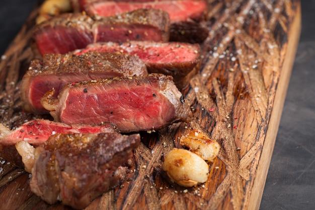 Bistecca di new york pronta da mangiare del primo piano.