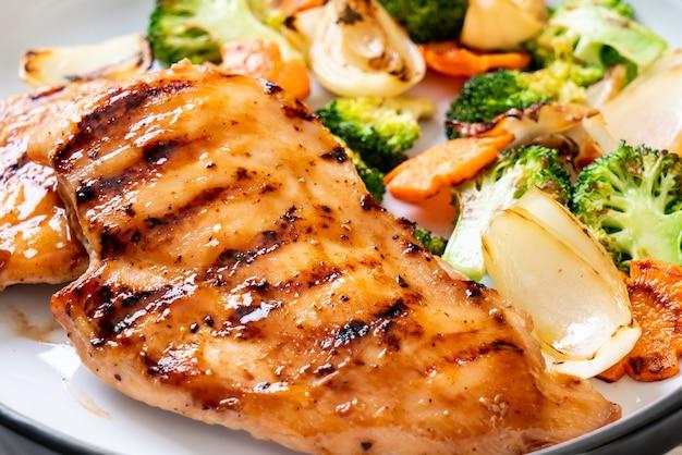 Bistecca di petto di pollo alla griglia con verdure