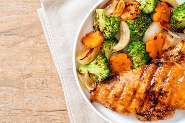 Bistecca di pollo alla griglia con verdure
