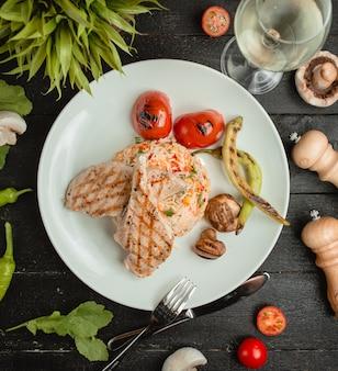 Bistecca di pollo con riso e verdure