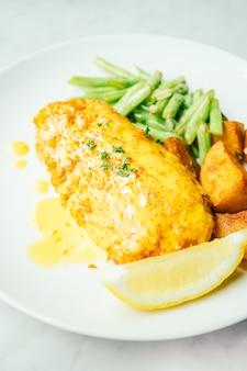 Bistecca di pollo fritto con limone e verdure