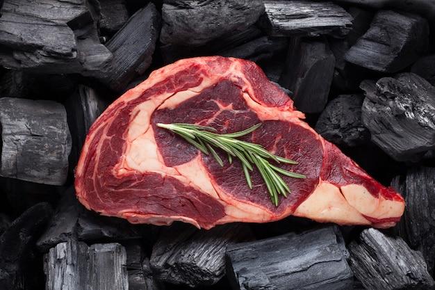 Bistecca di ribeye di carne fresca cruda.