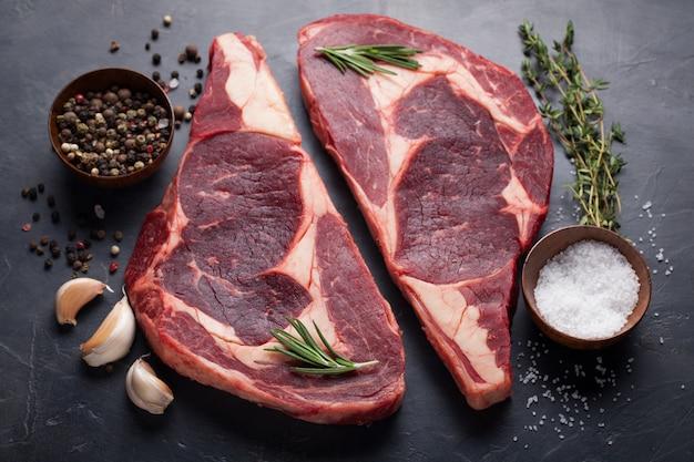 Bistecca di ribeye di carne fresca marmorizzata.