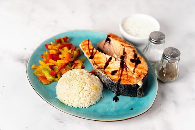 Bistecca di salmone alla griglia croccante con paprika e riso al vapore