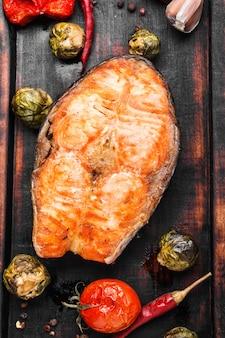 Bistecca di salmone arrostita con verdure