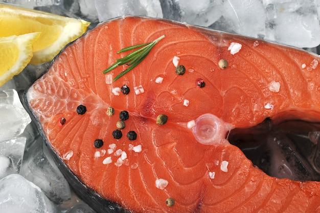 Bistecca di salmone crudo su cubetti di ghiaccio