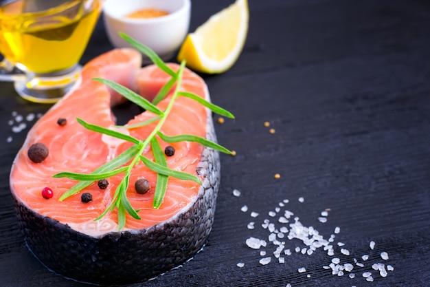 Bistecca di salmone fresco con erbe aromatiche e spezie