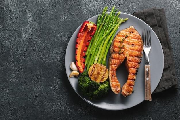 Bistecca di salmone saporita e salutare.