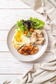 Bistecca di teriyaki di salmone con uovo fritto e insalata