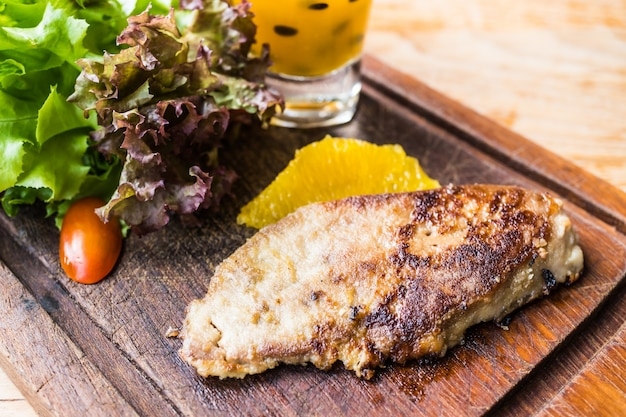 Bistecca foie gras con verdure e salsa dolce