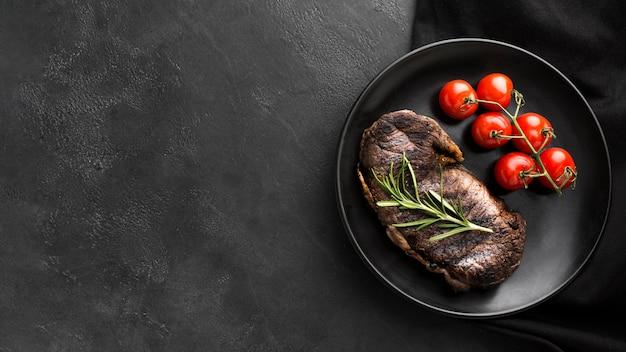 Bistecca media rara vista dall'alto pronta per essere servita