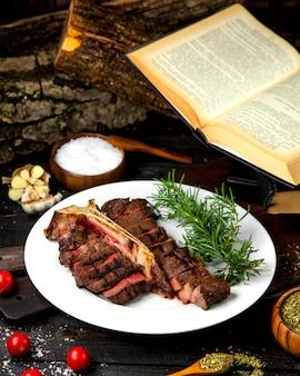 Bistecca mediamente cotta su un piatto bianco