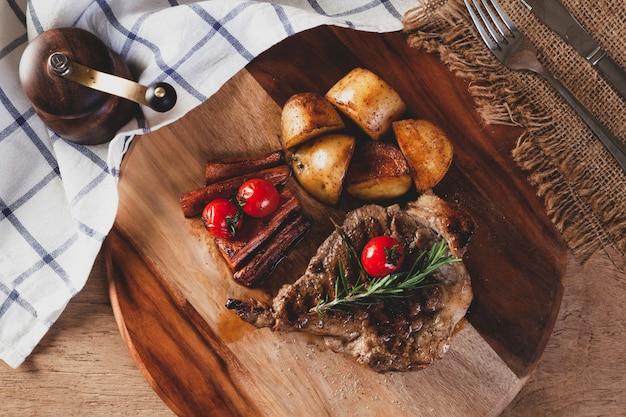 Bistecca su un tagliere di legno