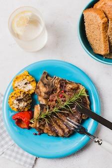 Bistecca sul piatto con verdure e bevande